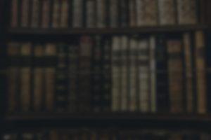 Uklart bilde av bøker